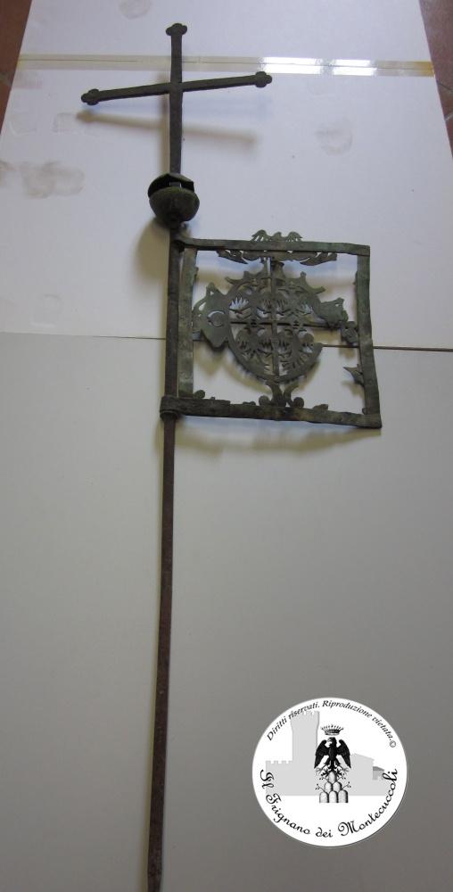 Croce-bandiera della Chiesa di S. Lorenzo 1