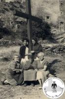 Donne attorno alla croce nel borgo di Montecuccolo. Primi anni '50