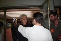 Oscar Cervi da il benvenuto all'artista Giuseppe Ricci.